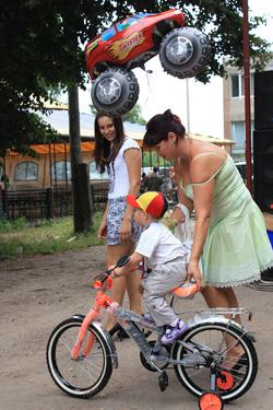 велосипед специальный приз от «Единой России» участникам Семейного парада Крыловым
