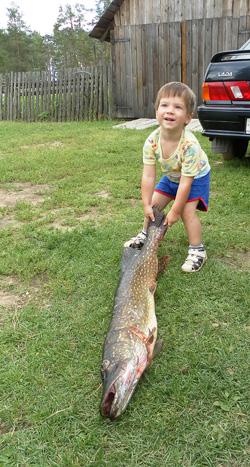 Максим Козлов, 1г.11 мес.: Помогу дедушке щуку нести. Он ее на спининг поймал - 7кг!