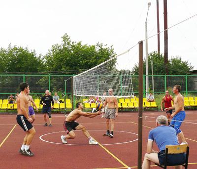 Команда «Лесной волейбол» (слева)  и команда «Пено»