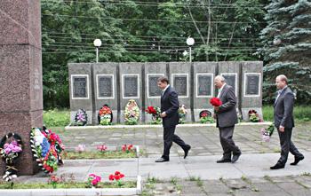 Возложение цветов к мемориалу - добрая традиция
