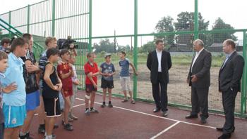 На встрече с председателем Законодательного Собрания области Андреем Епишининым пеновские ребята, гонявшие мяч на универсальной площадке, новый спортивный объект, которым уже вовсю пользуются, похвалили, но попросили, чтобы у них был еще и стадион.