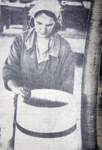 В Пеновском леспромхозе в 80-е годы развивалось  бондарное дело. На фото - Л.И.Виноградова